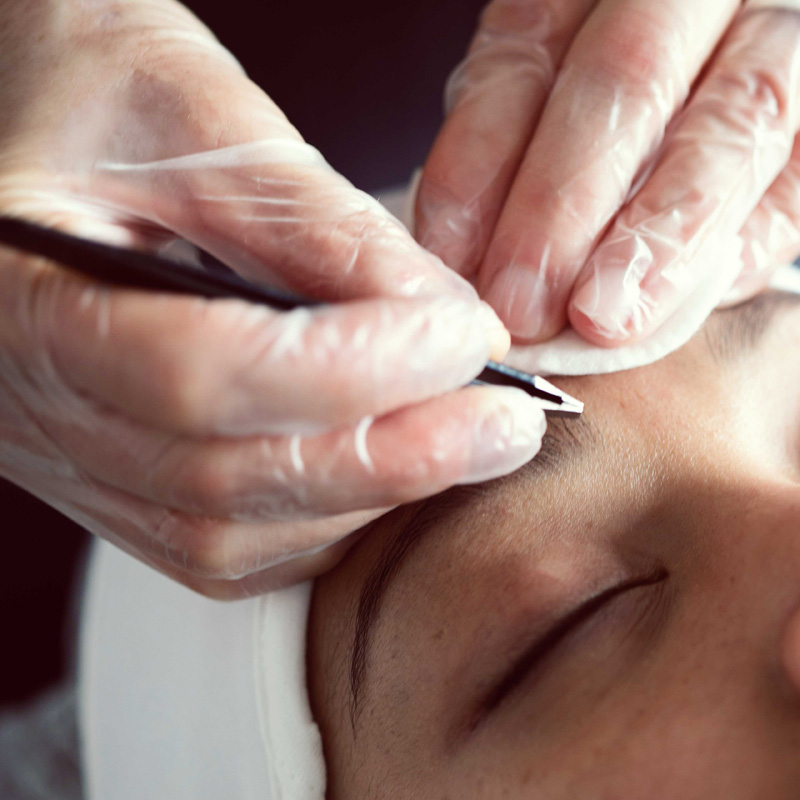 Lash and brow course - tweezers on eyebrows